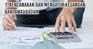 Rencanakan dan mengatur keuangan dari awal gajian merupakan salah satu tips menghemat uang agar akhir bulan tetep oke