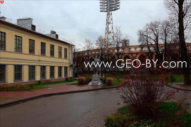 Минск. Территория 3 больницы. Ленин протягивает руку в сторону Москвы