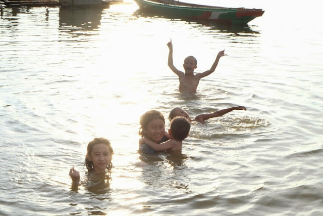 berenang di sungai musi