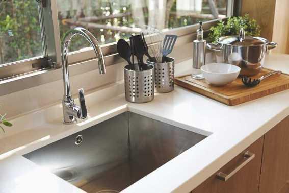 Cara Membersihkan Bak Cuci Piring dengan Bahan Alami