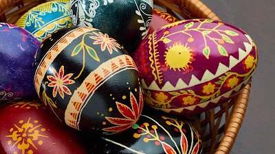 Wallpaper free colorful easter eggs in basket