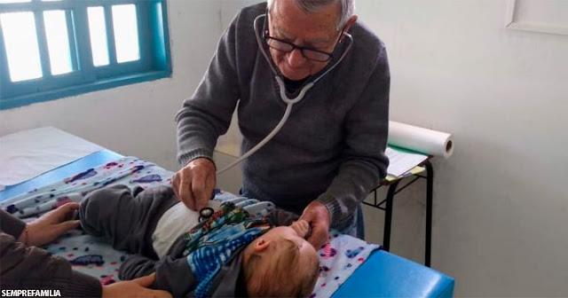 ″Буду работать, пока смогу″: 92-летний педиатр бесплатно ходит к бедным детям