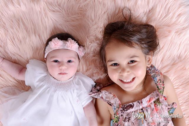 photo bébé et sa grande soeur portrait studio