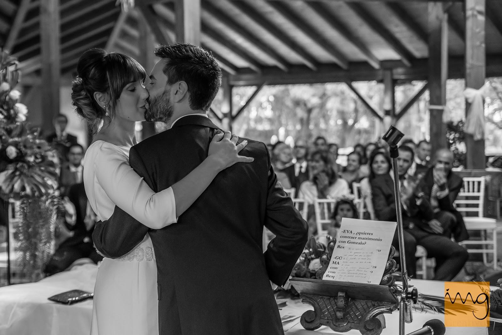 Fotografía del primer beso en su boda