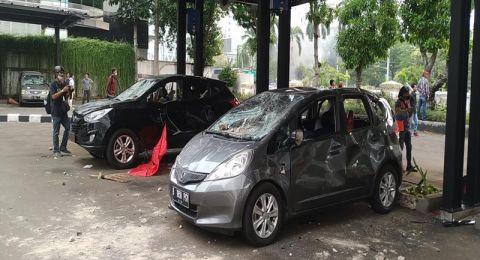 8 Mobil di Kementerian ESDM Ringsek Diamuk Pendemo, Gedung Hancur