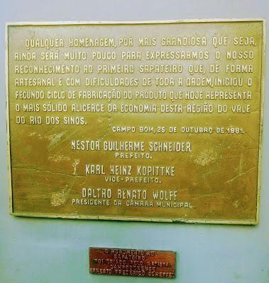 A foto uma foto em bronze, em homenagem aos sapateiros.