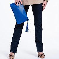 Женщина за 50 в туфлях на каблуке