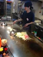 lo chef fa saltare gli udon sulla piastra