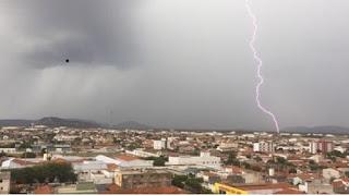 Chuva forte com raios deixa 35 mil moradores sem energia em Patos