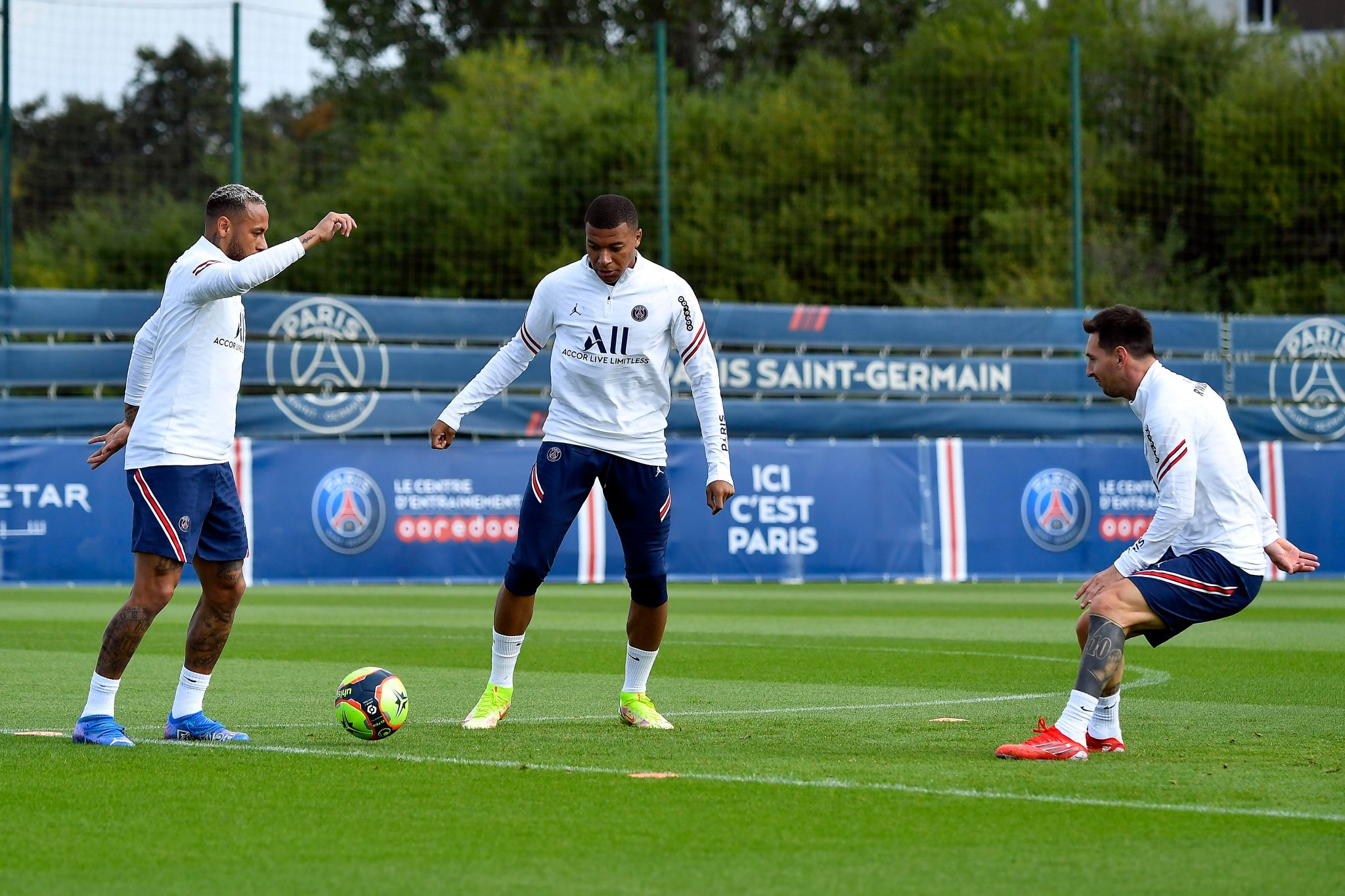 Beautiful pictures from PSG as Messi, Neymar and Mbappe train together