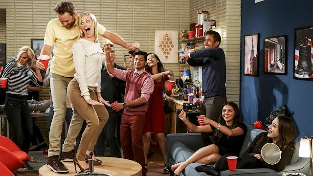 Max y Caroline, en una fiesta en la sexta temporada de 2 Broke Girls