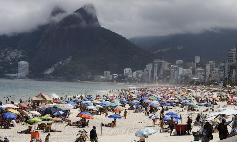 Crivella diz que só libera praias do Rio após vacina e vai multar em R$ 107 quem estiver na areia