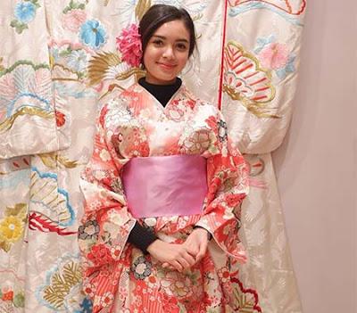 Claudia Andhara Pakai Kimono