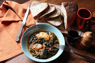 Uova con erbe: spinaci, porri, cicorie e tarassaco. Un piatto unico, vegetariano, dalla tradizione contadina della cucina greca. Veloce da preparare.