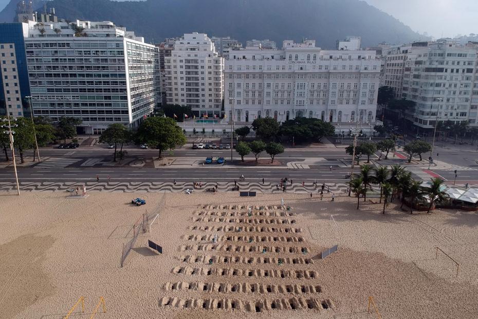 """La ONG """"Río de Paz"""" abre pozos en la playa de Copacabana para recordar a los muertos de Covid. Los organizadores de la protesta sostienen que hubo una serie de errores en la lucha contra el coronavirus en Brasil"""