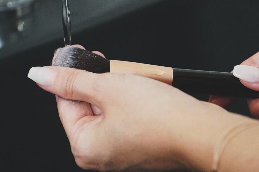Wie oft sollte man seine Schminkpinsel säubern