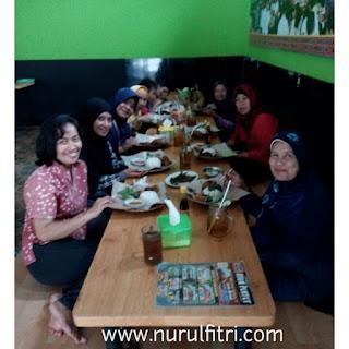 http://www.nurulfitri.com/2016/12/ayam-penyet-surabaya-yang-halalan.html