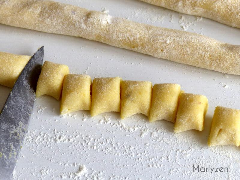Roulez la pâte en boudins et coupez des morceaux d'1 cm.