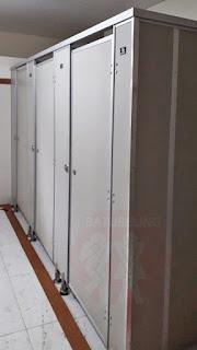 Aplikasi Pemasangan Cubicle Toilet Di Unair Surabaya