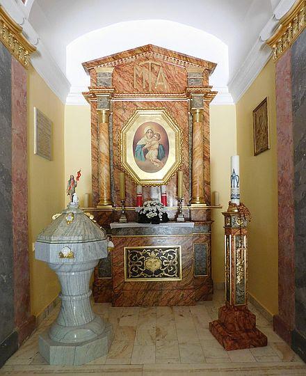 Ołtarz boczny z chrzcielnicą.