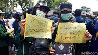 Tulisan Kocak Waktu Demo Mahasiswa di Depan Gedung DPR 15