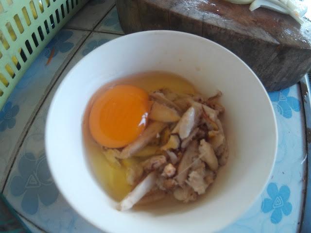 ไข่ไก่ ผสมกับเนื้อปู