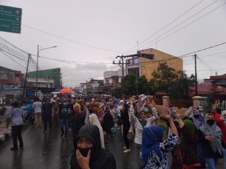 Diguyur Hujan, Warga Tetap Antusias Sambut Fikar - Yos