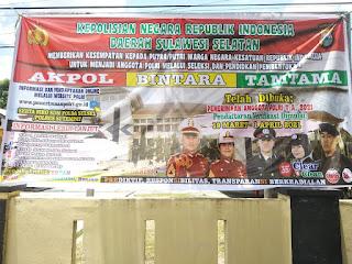Ayo Masuk Polisi!! Personil Polsek Enrekang Pasang Banner Pendaftaran Polri di Mako Polsek Enrekang