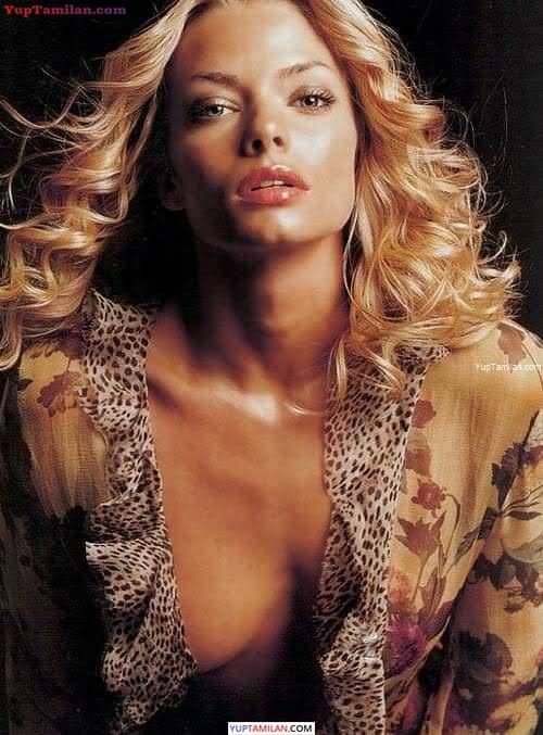 Jamie Pressly Sexy Bikini Photos - Hot Images with Cleavage Show