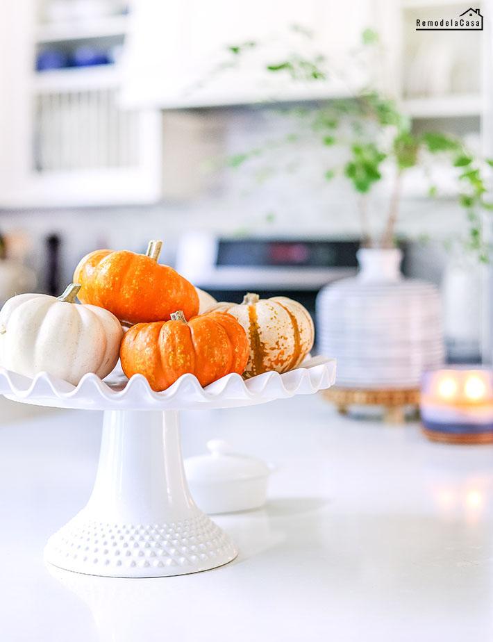 little pumpkins on cake platter
