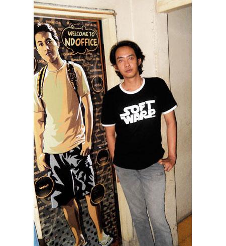 Joddie foto di depan pintu NDOFFICE