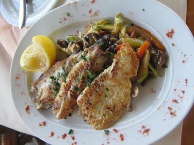 Vegyes hal tál : ponty,harcsa,süllő filé roston, grillezett zöldség ágyon  kínálva