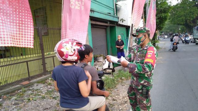 Babinsa Banjarsari  Bersama FKPPI bagikan Takjil & Masker