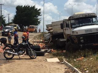 População saqueia carga de cerveja após caminhão tombar na Paraíba
