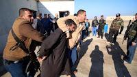 تحقيق للغارديان:النظام السوري يبتز عائلات المعتقلين لديه لدعم حربه بالرشوة