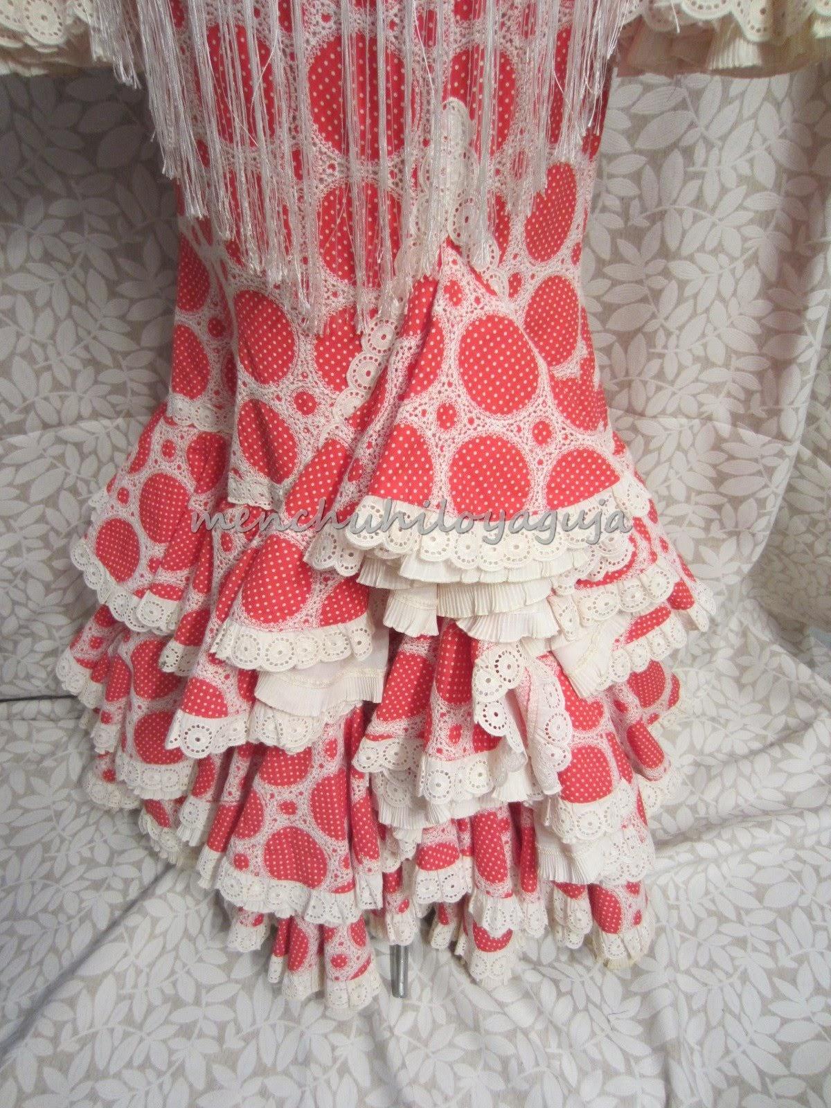 e03dfa7a77 El vestido constaba de 3 volantes de capa adornados con tiras bordadas y  debajo un volante de can can con una tira plisada.