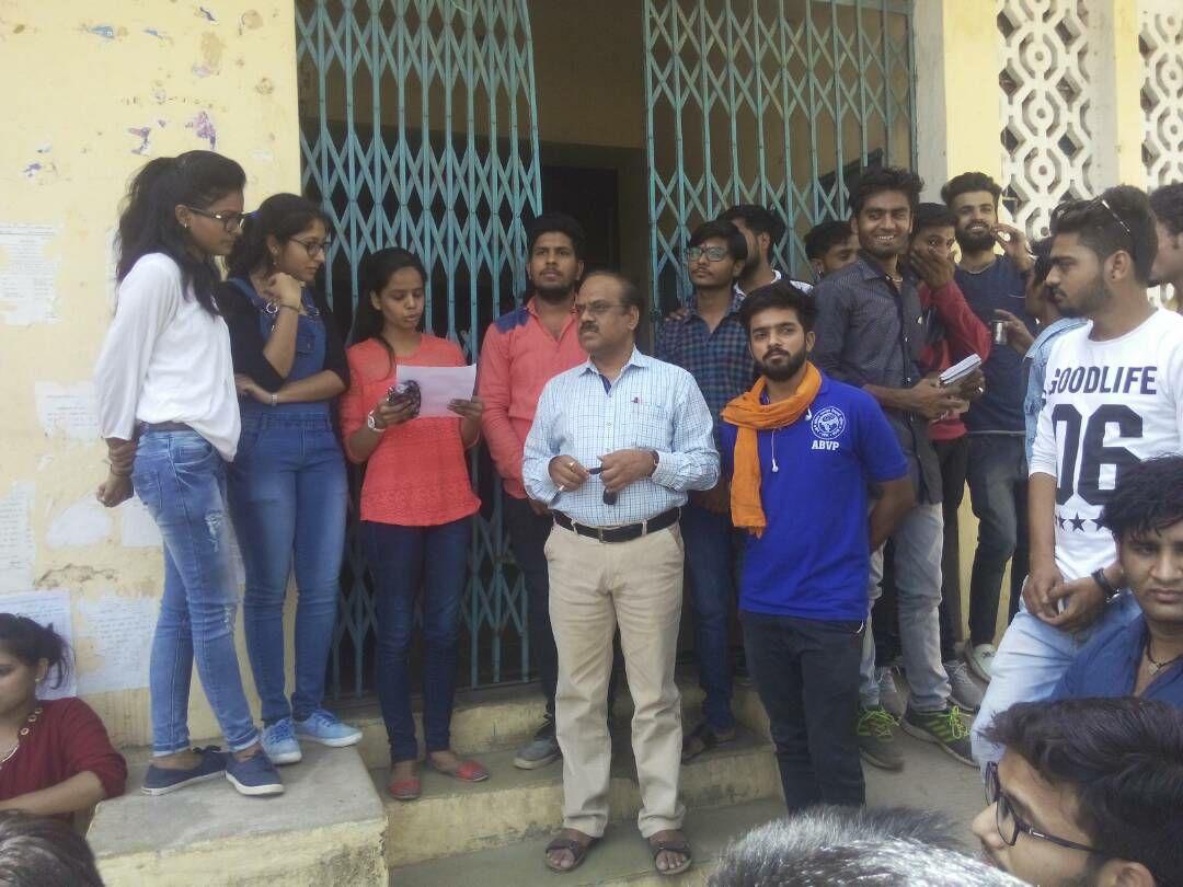 Akhil-Bharatiya-Vidyarthi-Parishad-sang-memorandum-on-demand-मांगो को लेकर अखिल भारतीय विद्यार्थी परिषद ने सौपा ज्ञापन