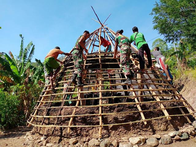 Satgas Pamtas RI - RDTL Bantu Pembangunan Rumah Adat di Dusun Oeana.lelemuku.com.jpg
