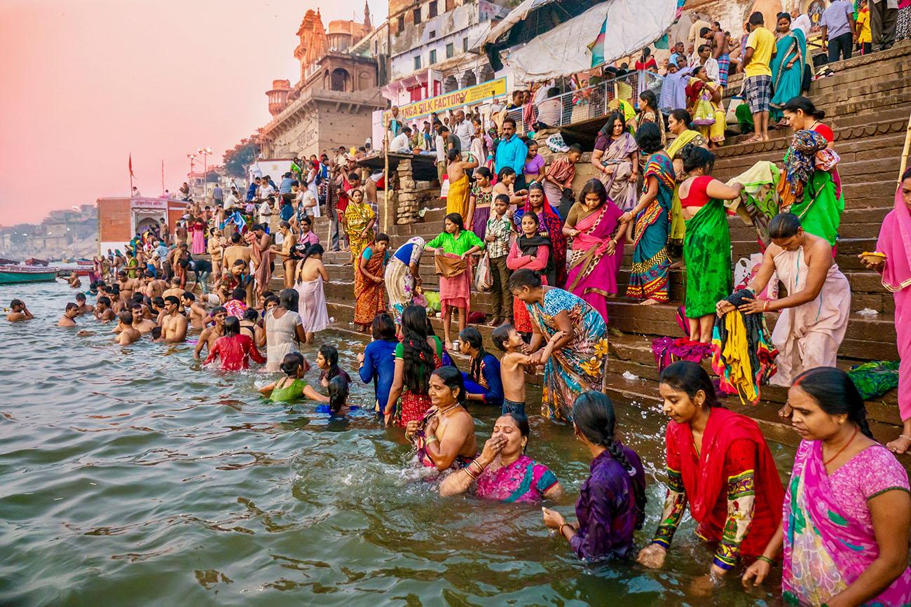 Священное омовение в Ганге, город Варанаси, Индия
