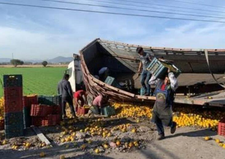 Niño se niega a robar naranjas de un camión volcado