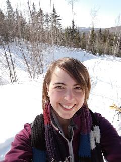 Femme souriante, neige, montagne, plein air