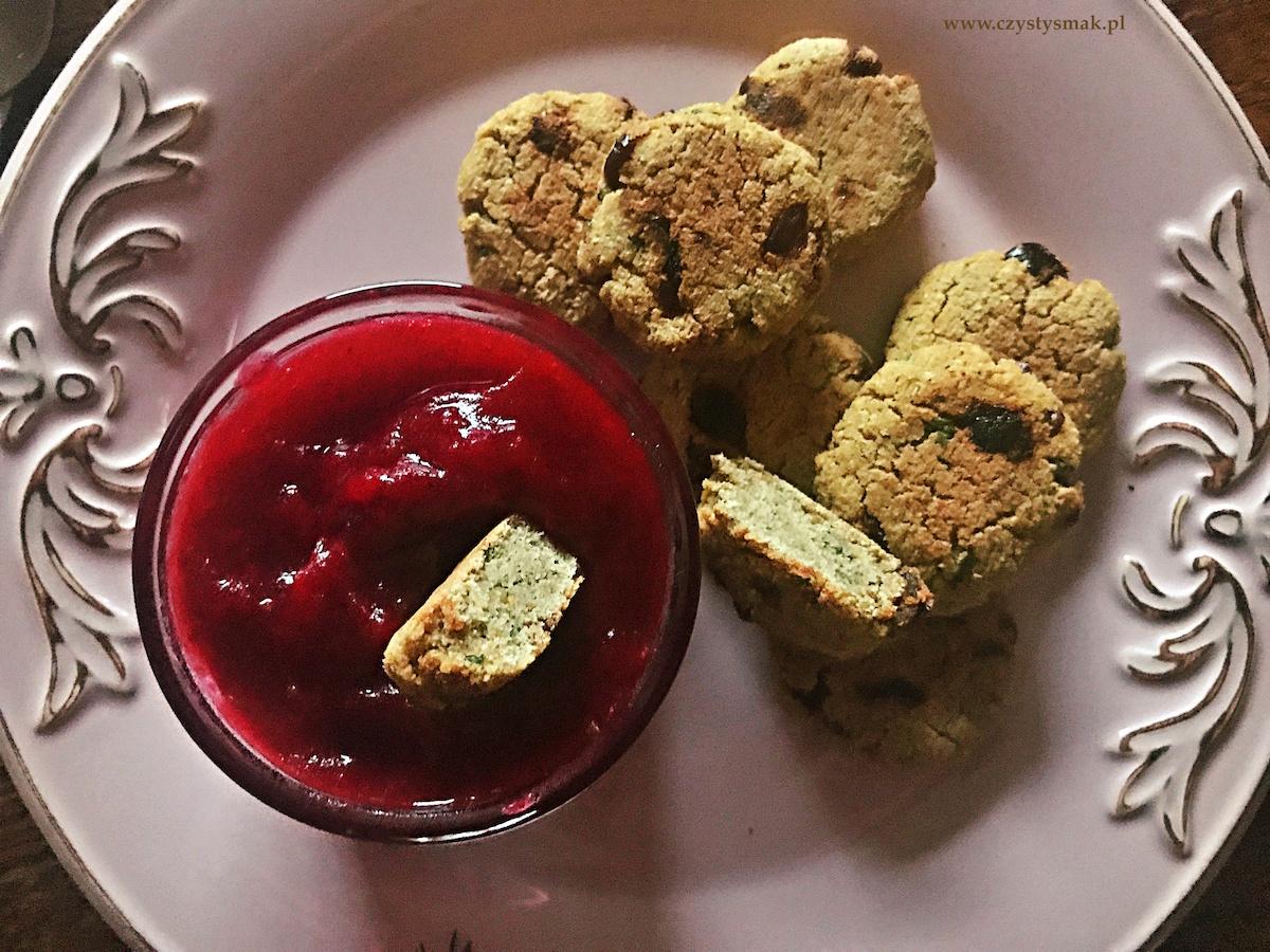 Falafele wigilijne z suszoną żurawiną i korzennym sosem