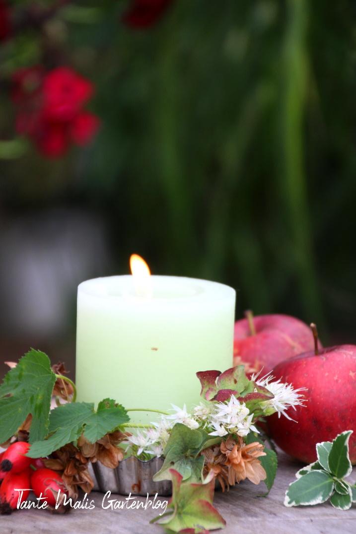 Stimmungsvolle Herbstdekoration mit Kerze