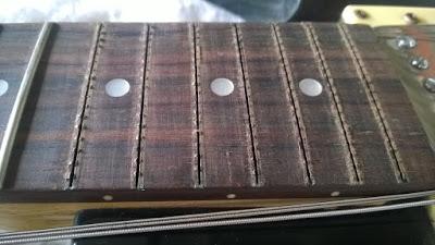 trocando os trastes da guitarra