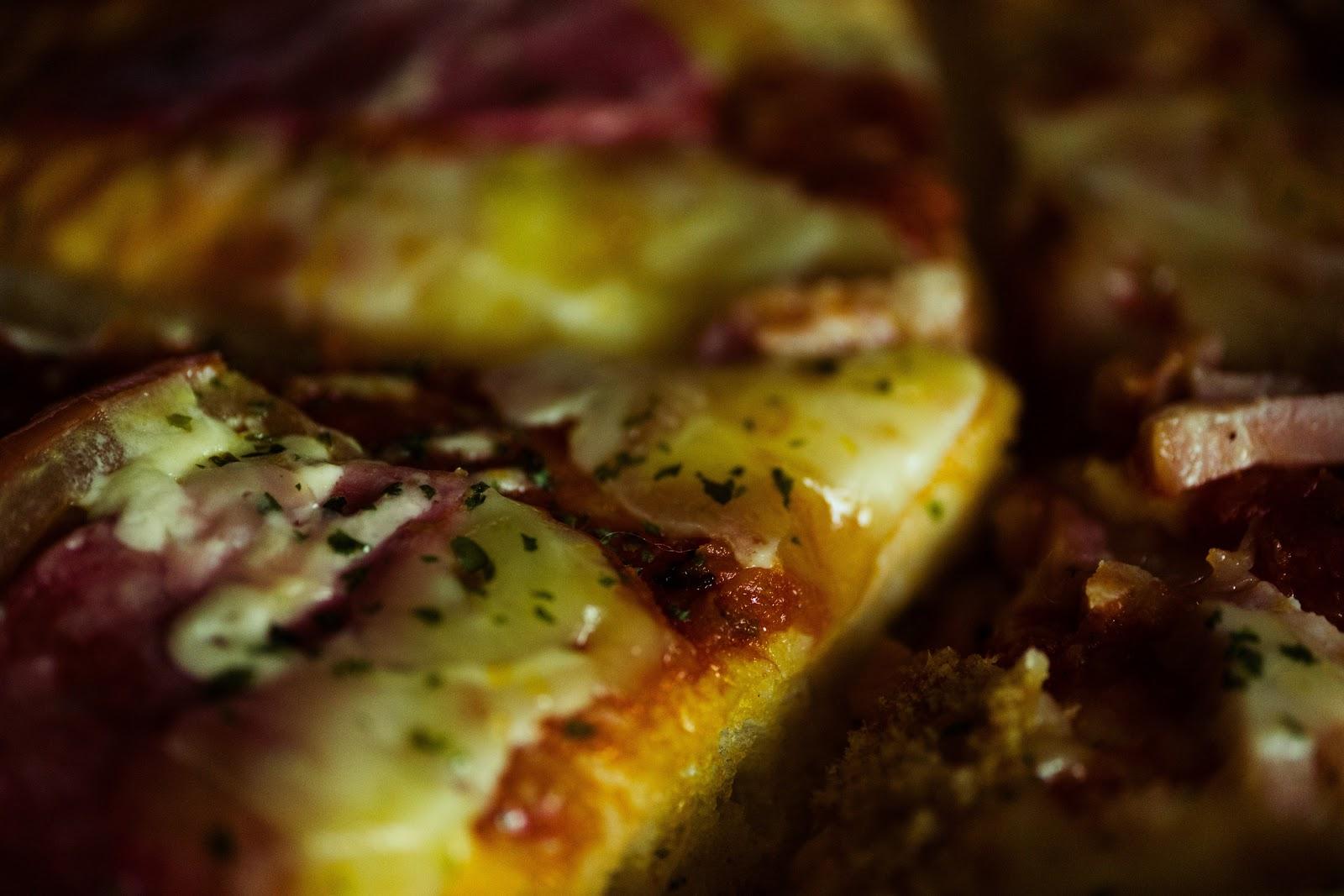 サラミのチーズとバジルのピザ