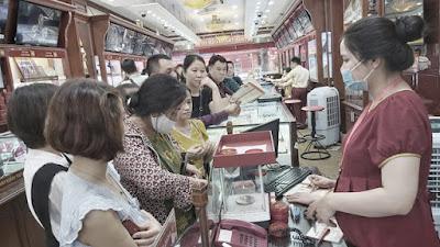 Giao dịch tại các cửa hàng kim loại quý ở Hà Nội sáng 28-7