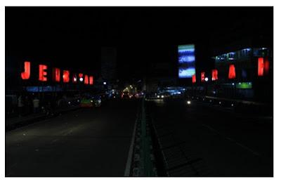 Jembatan Merah di malam hari