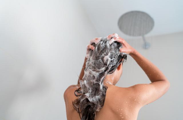 Penyakit Ketombe Di Kepala Manusia Pengertian Ketombe Ketombe atau dandruff adalah serpihan kulit kepala berwarna puth yang mengelupas dan menempel pada rambut atau terlihat di bahu. Meski ketombe tidak menular atau jarang sekali menjadi penyakit yang serius, kondisi ini bisa terlihat memalukan dan terkadang sulit untuk ditangani. Ketombe bukanlah permasalahan pada rambut atau seberapa sering mencucinya. Ketombe adalah masalah pada kulit kepala.  Gejala Ketombe Gejala ketombe sangat mudah dikenali, serpihan kulit mati berwarna putih dan kadang berminyak akan terlihat dengan jelas pada rambut dan bahu. Selain itu, biasanya ketombe diikuti dengan rasa gatal yang muncul di kulit kepala.  Sedangkan pada bayi, ketombe yang muncul sering diistilahkan dengan nama cradle cap. Ini adalah kondisi kelainan yang mengakibatkan kulit kepala bayi menjadi bersisik. Umumnya terjadi pada bayi yang baru lahir, tapi bisa juga muncul pada masa pertumbuhan bayi. Cradle cap biasanya bukanlah sebuah kondisi yang berbahaya dan cenderung hilang dengan sendirinya saat bayi memasuki usia tiga tahun.  Penyebab Ketombe Ketombe jarang sekali berakibat pada kondisi yang lebih serius pada kesehatan, tapi rambut berketombe bisa sangat mengganggu. Berikut ini beberapa faktor yang bisa menyebabkan munculnya ketombe pada rambut. Kulit Kering Kulit yang kering adalah penyebab yang paling umum terhadap munculnya ketombe. Biasanya bisa melihat gejala dan tanda-tanda kulit sering pada bagian lain selain kulit kepala, misalnya pada tangan dan juga kaki. Iritasi dan Dermatitis Seboroik atau Kulit Berminyak Kondisi ini juga sering menyebabkan munculnya ketombe. Gejala yang muncul biasanya kulit berminyak berwarna merah dengan serpihan kulit putih atau sisik berwarna kekuningan. Dermatitis seboroik bisa memengaruhi daerah tubuh lain yang kaya akan kelenjar minyak, misalnya alis mata, hidung, tulang dada, dan ketiak. Kurang Keramas Jika kurang mencuci rambut, minyak dan juga sel kulit kepala bisa menumpuk dan m