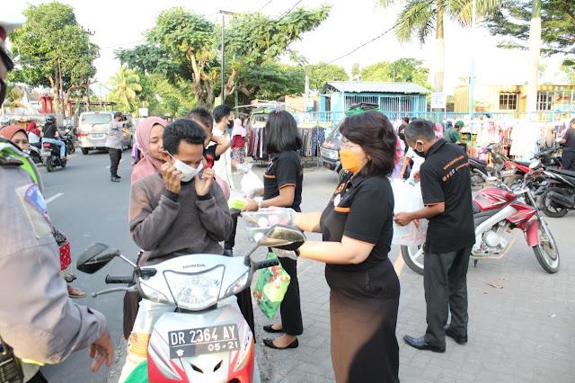 GM Aruna Senggigi bagi takjil