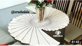 Caminho de mesa espiral em croche